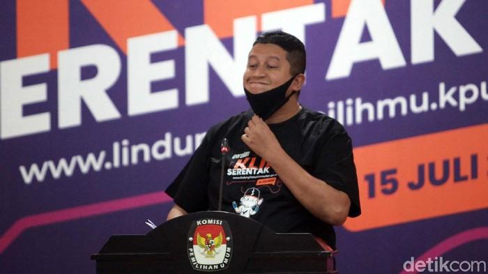 Ketua KPU, Ketua Bawaslu, Ketua DKPP dan Dirjen Dukcapil Zudan Arif Fakrulloh, membetulkan posisi masker saat berpidato. Begini momennya.