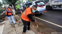Lagi, Pelanggar PSBB Dihukum Nyapu Jalanan