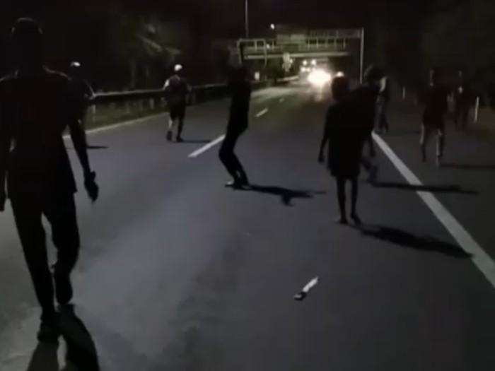 Sejumlah warga terlibat tawuran di dalam area jalan tol Makassar. Sebanyak 8 orang diamankan polisi (dok. Istimewa)