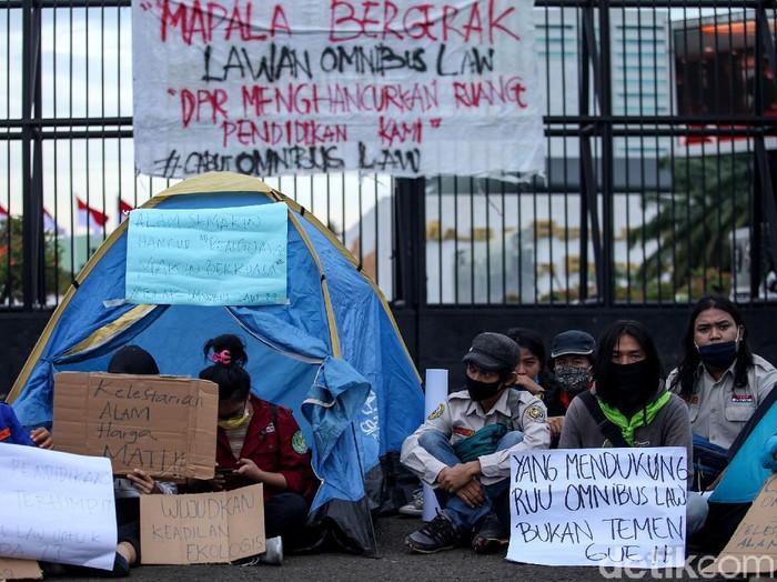 Sejumlah mahasiswa pencinta alam (Mapala) menggelar aksi menolak RUU Omnibus Law. Dalam aksi itu mereka menggelar tenda di depan Gedung DPR RI.