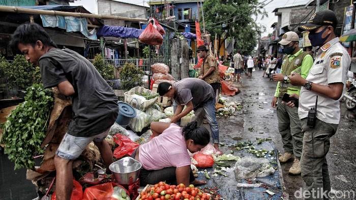 Imbauan dan sanksi sosial terus dilakukan kepada pedagang-pembeli di pasar tradisional. Nah, salah satunya di Pasar Tumpah, Jakarta Utara.