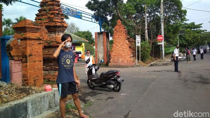 Warga Cirebon diberi hukuman karena tak kenakan masker