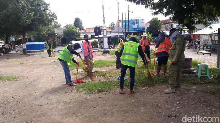 Warga yang terjaring razia masker di Kendal disanksi membersihkan alun-alun, Rabu (15/7/2020).