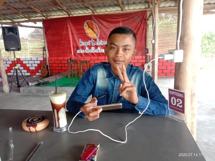 Dian (14) masih berada di Lamongan menunggu jemputan dari Cianjur, Jawa Barat. Ia diberi perhatian dan mainan agar tidak kembali kabur mencari ibunya.
