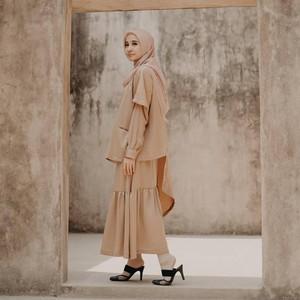 8 Tips Pakai Baju Warna Mocca yang Cocok dengan Hijab