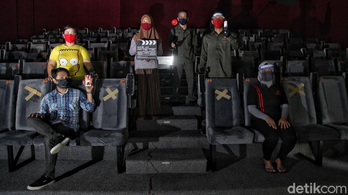 Bioskop Rakyat (Indiskop) di Teluk Gong, Jakarta Utara, sibuk menerapkan simulasi protokol kesehatan meski gagal dibuka untuk umum pada 29 Juli mendatang.