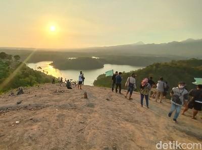 Keren, Menikmati Matahari Terbenam di Atas Bukit Raja Ampat Kudus