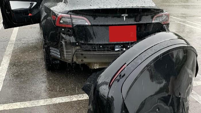 Bumper Tesla Model 3 lepas  tiba-tiba setelah terkena air.