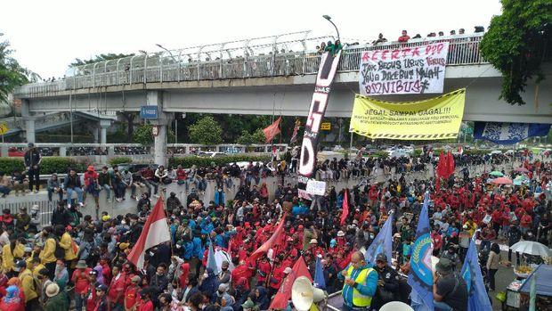 Massa buruh unjuk rasa di sekitar kompleks MPR/DPR, Jakarta, Kamis (16/7/2020).