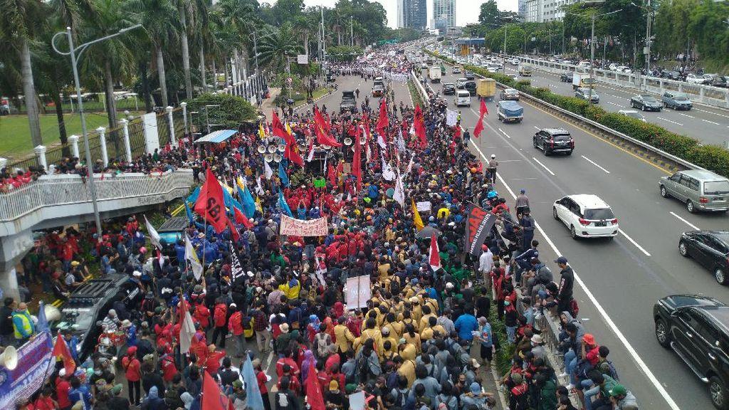 Begini Penampakan Massa Buruh yang Demo di Sekitar DPR Tolak RUU Ciptaker