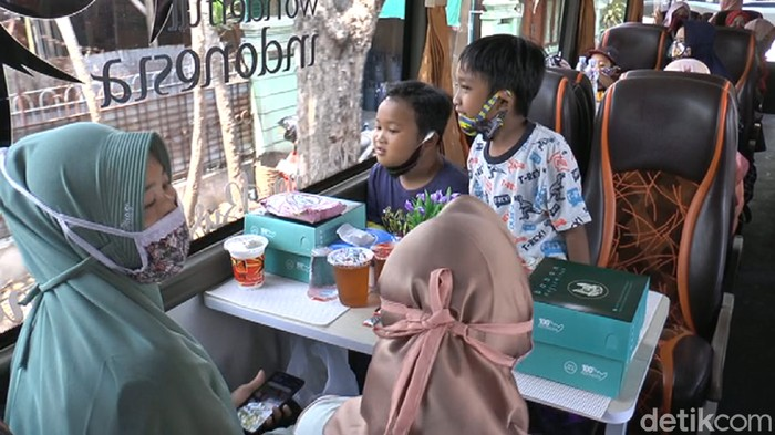 Ada bus cafe di Lamongan. Pelanggan bisa ngopi sambil jalan-jalan.
