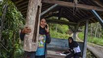 Demi Belajar Online, Siswa di Desa Terpencil Datangi Pos Kamling