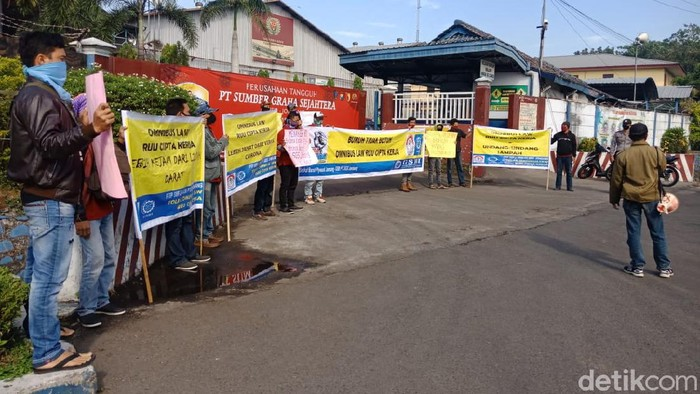 Sejumlah buruh berunjuk rasa di depan pabrik plywood atau kayu lapis Desa/Kecamatan Diwek, Jombang. Mereka menuntut pembayaran tunjangan hari raya (THR) dan upah karyawan yang dirumahkan. Massa juga menolak pengesahan RUU Cipta Kerja dan menyebut omnibus law tersebut lebih kejam daripada virus Corona.