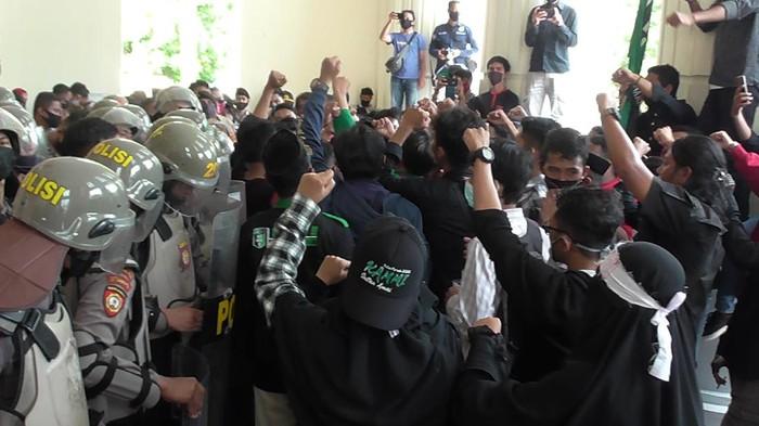 Unjuk rasa mahasiswa di depan kantor DPRD Provinsi Gorontalo, Kamis (16/7/2020).