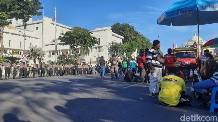 Massa tolak Omnibus Law berdemo di depan Kantor Gubernur Jatim dan sempat akan menginap. Namun akhirnya mereka bubar karena tidak ada pembahasan Omnibus Law di DPR.