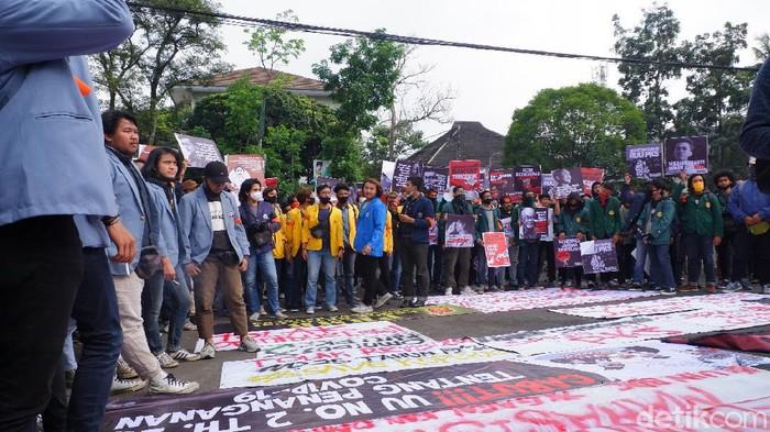 Demo tolak omnibus law di depan gedung DPRD Jabar