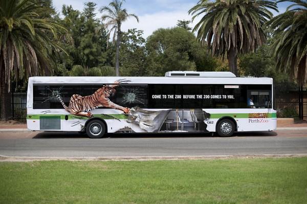 Perth Zoo juga memanfaatkan bus sebagai media promosi. Dengan tagline Come To The Zoo Before The Zoo Comes To You mereka menggunakan gambar harimau yang mencakar bus. (dok Bored Panda)