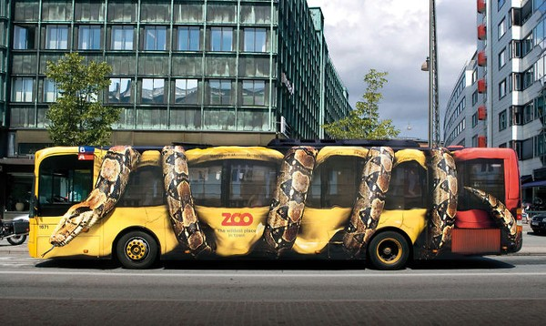 Ini adalah iklan dari Copenhagen Zoo. Dengan menggunakan ular yang melilit bus, mencuri perhatian mata kita bukan? (dok Bored Panda)