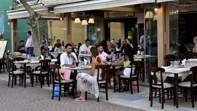 Yunani kembali menerima turis baik dari dalam maupun luar negeri. Salah satu destinasinya yakni Pulau Zakynthos yang menawarkan sejuta pesona keindahan.