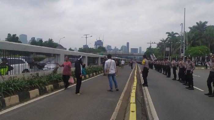 Jalan depan Gedung DPR ditutup imbas demo (Foto: Luqman/detikcom)