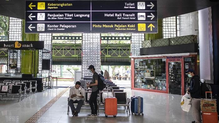 Sebuah bus diputarbalikkan petugas saat melintasi Pos pengecekan KM 47 B, Tol Jakarta-Cikampek. Alasannya para penumpang di dalamnya tidak dapat menunjukkan sejumlah persyaratan.