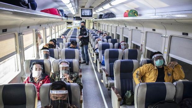 Petugas memeriksa kelengkapan dokumen calon penumpang Kereta Api (KA) di Stasiun KA Madiun, Jawa Timur, Rabu (8/7/2020). Pemkot Madiun bersama Polres Madiun Kota dan PT KAI Daerah Operasi 7 Madiun meluncurkan Stasiun Tangguh Semeru Covid-19 Stasiun Tangguh Semeru yang beroperasi dengan menerapkan protokol kesehatan pencegahan penyebaran COVID-19. ANTARA FOTO/Siswowidodo/foc.