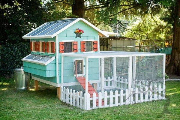 Percayalah, ini bukan rumah boneka. Ini desain cerah dari kandang ayam. (Bored Panda)