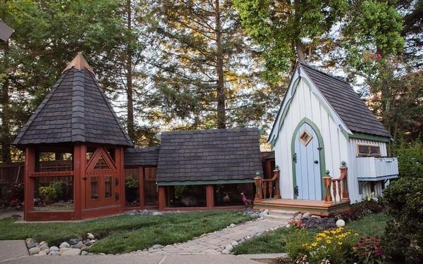 Rumah bak negeri dongeng untuk ayam. (Bored Panda)