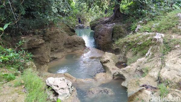 Sesampainya di lokasi, dijamin hasrat untuk mandi dan terjun ke dalam Kedung Londo pasti muncul. Airnya masih jernih, berwarna biru dan hijau. (Febrian Chandra/detikcom)
