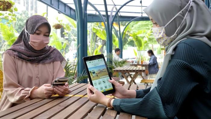 Nasabah membeli hewan kurban melalui fitur di Mandiri Syariah Mobile dari salah satu kedai kopi di Jakarta, Kamis (16/7/2020).