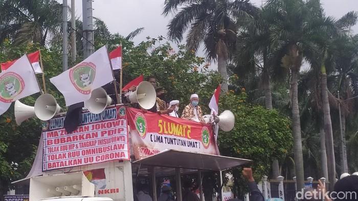 Ketua MUI DKI Orasi di Aksi Tolak RUU HIP di depan Gedung DPR