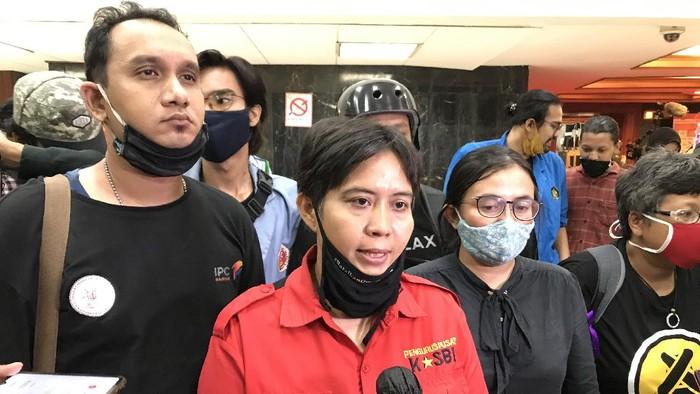 Ketum KASBI Nining Elitos usai bertemu pimpinan DPR, di kompleks parlemen, Jakarta, Kamis (16/7/2020).
