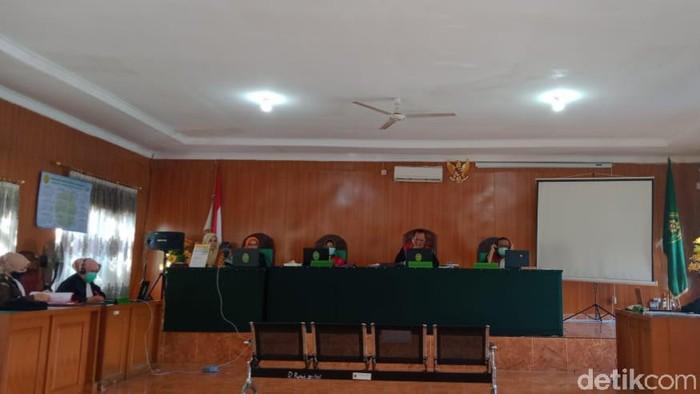 Kondisi sidang virtual di PN Palembang terkait 3 orang kurir sabu dan ekstasi yang ditangkap BNNP Sumsel (Raja Adil/detikcom)
