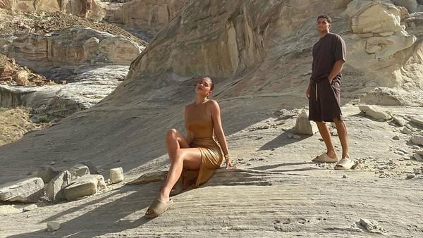 Baru-baru ini, Kylie Jenner menuai protes setelah memposting foto liburan seksinya di Utah yang merupakan tanah keramat suku Indian Navajo. Soalnya, ada foto Kylie yang disebut berlatar Antelope Canyon yang masuk tanah suci mereka (Instagram)