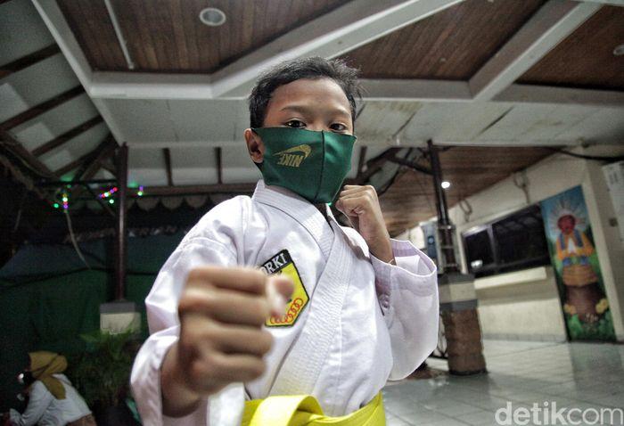 Sejumlah anak melalukan pemanasan saat latihan Karate FORKI di Kantor Kecamatan Koja, Jakarta Utara, Rabu malam (15/7).