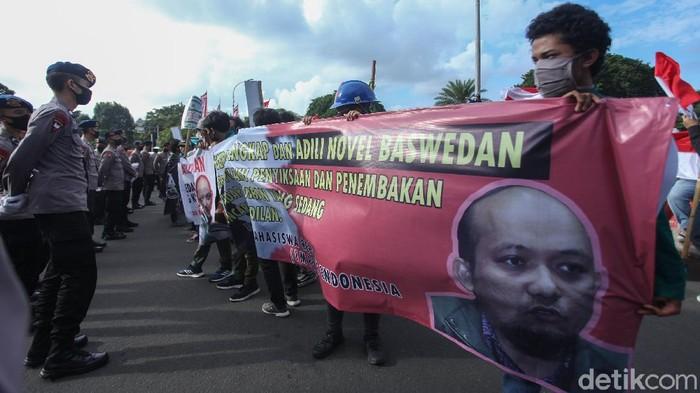 Sejumlah massa yang Ikatan Mahasiswa Republik Indonesia (IMRI) melakukan aksi unjuk rasa di depan Istana Merdeka, Jakarta Pusat, Kamis (16/7/2020).