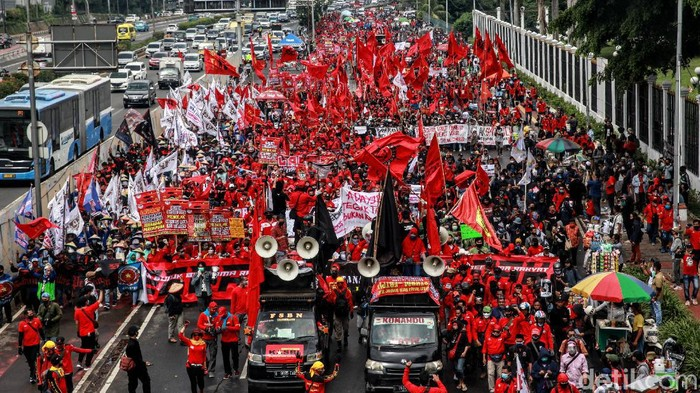 Massa dari elemen buruh, petani dan mahasiswa terus berdatangan ke gedung DPR menolak RUU Omnibus Law. Begini penampakannya.