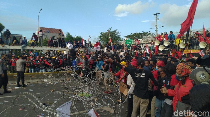 Massa buruh yang demo di depan gedung DPR untuk menolak RUU Cipta sempat merusak kawat duri setelah dapat dapat kabar perwakilan tak dapat menemui anggota DPR (Sachril Agustin/detikcom)