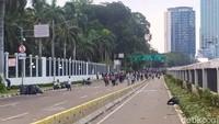 Massa Mendadak Muncul dari Slipi ke Depan DPR, Polisi Bentuk Barikade