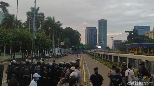 Massa datang dari arah Slipi ke depan Gedung DPR