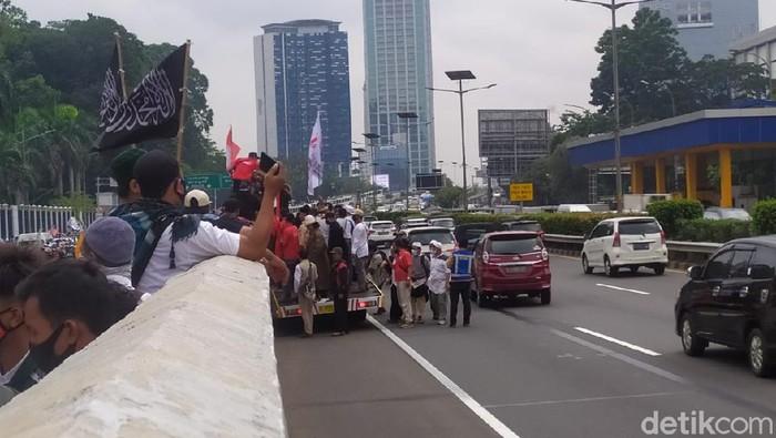 Massa demo di depan DPR panjat pagar tol dalam kota