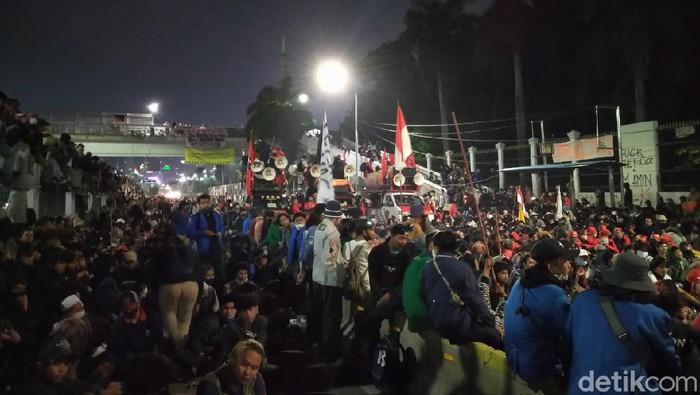 Massa demo masih bertahan di depan Gedung DPR pada 16 Juli 2020