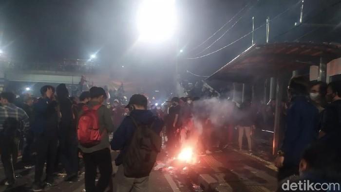 Massa di depan DPR malam ini, sekelompok orang melakukan pembakaran dan melempar botol ke arah polisi