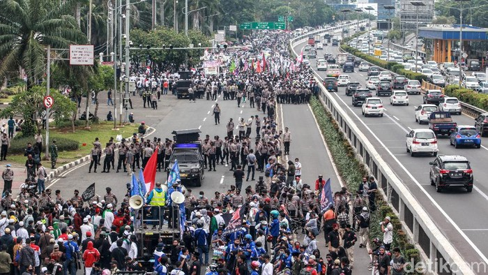 Para pengunjuk rasa mulai mendatangi gedung DPR, Jakarta. Mereka menolak RUU HIP dan tolak omnibus law saat DPR akan menggelar sidang paripurna.