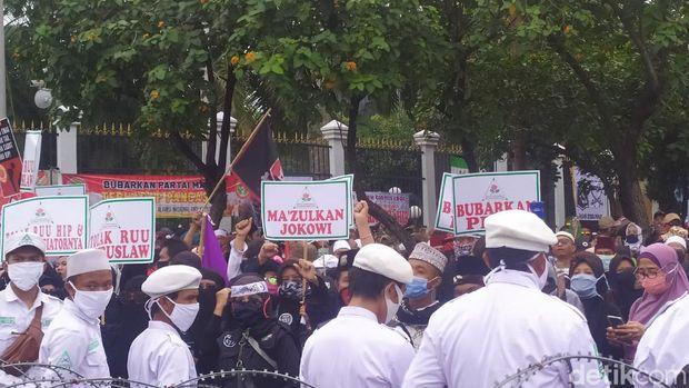 Massa PA 212 Dkk di DPR Tuntut Pemakzulan Jokowi dan Pembubaran PDIP