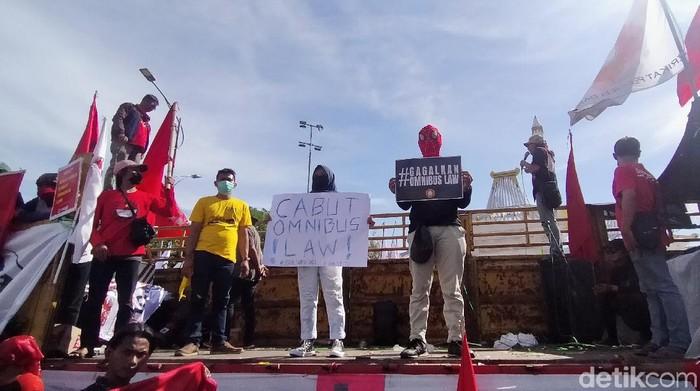massa Tolak Omnimbus Law menggelar aksi di depan kantor Gubernur Jatim