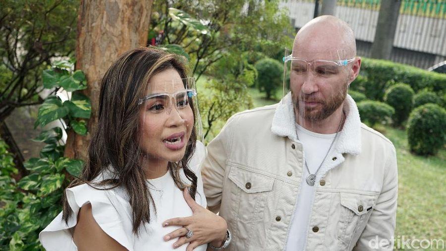 Melaney Ricardo dan Tyson Lynch saat ditemui di kawasan Trans TV.