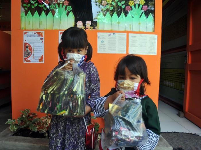TK di Padang punya cara unik untuk tingkatkan kesadaran murid-orang tua untuk jaga lingkungan. Yakni berlakukan pembayaran uang sekolah dengan sampah plastik.