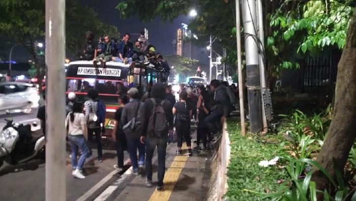 Pengunjuk rasa di sekitar DPR membubarkan diri, lalu menaiki bus di Jalan Gerbang Pemuda, Senayan, Jakarta, Kamis (16/7/2020).