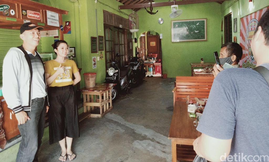 Penjual angkringan cantik Klaten tawarkan nasi pindang kemangi
